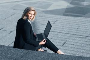 jeune, femme affaires, portable utilisation, sur, les, étapes photo