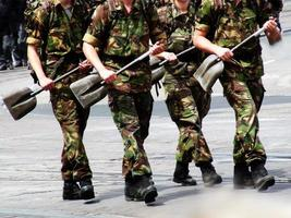 soldats marchant avec pelle de construction photo
