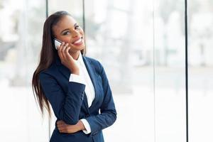 dirigeant d'entreprise afro-américain, faire un appel téléphonique photo