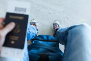 homme tenant un passeport photo