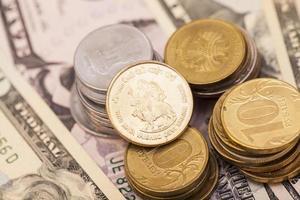 pièces de monnaie sur les billets de banque photo
