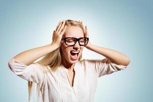 Closeup portrait bouleversé souligné jeune blonde business woman sque photo
