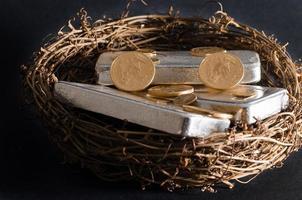 pièces d'or et oeuf de nid de barre d'argent