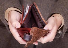 homme d'affaires montrant un portefeuille vide. finances et économie. photo