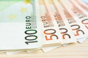 billets de banque en argent, 100 et 50 euros (eur) photo