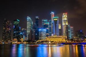 paysage nocturne du centre-ville de singapour à marina bay photo