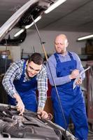 un mécanicien assiste un agent d'assurance photo