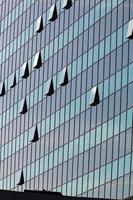 façade en verre avec fenêtres ouvertes photo