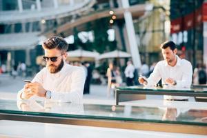deux, beau, homme affaires, utilisation, smartphone photo