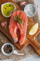 steak de saumon avec tranches de citron et épices photo