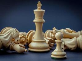 concept d'échecs sauver le roi et enregistrer la stratégie. photo