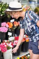 fille achète des fleurs dans les rues de paris. photo