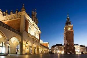 Cracovie, Pologne, place du marché principale avec la célèbre sukiennice (halle aux draps)