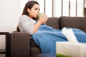 fille malade, boire du thé photo