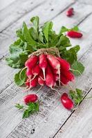 Bouquet de radis frais sur fond de bois ancien photo