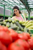 jeune femme au marché photo