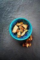 racine de galanga séchée dans un bol oriental authentique photo