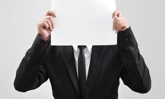 homme d'affaires agissant sur papier d'exposition pour quelque chose communiquer photo