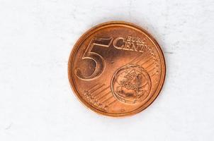 Pièce de 5 centimes d'euro avec aspect usé sur le devant photo