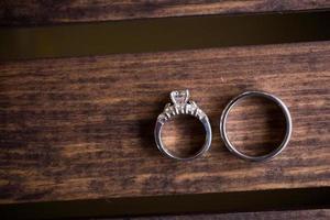 anneaux de mariage sur boîte en bois photo