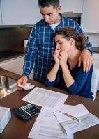 mari au chômage donne du réconfort à sa femme pleurant de dettes photo