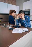 désespéré, jeune couple, à, dettes, examiner, leurs, factures photo