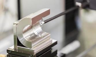 inspection par l'opérateur d'une pièce automobile par une machine de mesure de contours photo