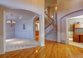 intérieur de maison de luxe avec arcades et haut plafond photo