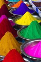 Décrochage de poudre de colorant sur le marché mysore, Inde photo