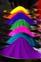 Décrochage de poudre de colorant sur le marché mysore, Inde