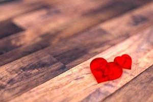 deux coeur sur le plancher en bois photo