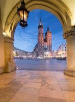 Cracovie, Pologne, l'église St Mary vue de Sukiennice