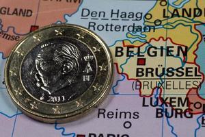 Pièce d'un euro sur la carte, Belgique photo