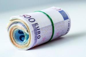 plusieurs milliers de billets en euros roulés. photo