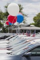 automobiles neuves chez un concessionnaire automobile. photo