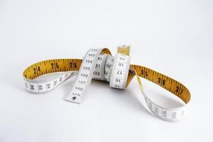 ruban à mesurer isolé sur fond blanc photo