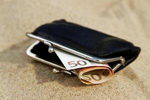 portefeuille sur le sable. photo