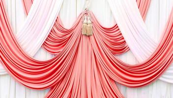 rideau rouge et blanc sur scène photo