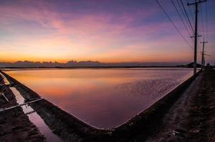 coucher de soleil léger à la ferme de sel de mer belle photo