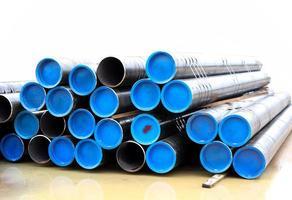 piles de tuyaux d'eau noire photo