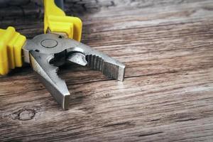 pince multi-outils sur fond de bois photo