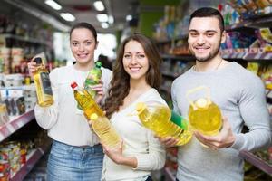 clients choisissant l'huile de graines au magasin photo