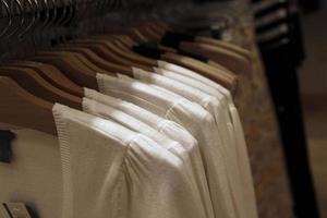 vêtements au magasin de détail photo