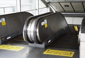 il y a beaucoup de marques d'avertissement sur l'entrée du métro en Thaïlande photo