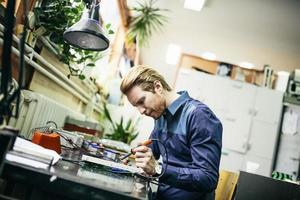 jeune homme, dans, atelier électronique photo