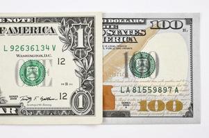 Plan macro sur un nouveau billet de 100 dollars et un dollar photo