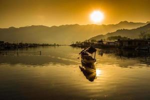 le coucher du soleil sur le lac dal