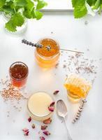 Variété de miel avec peigne d'abeille dans un verre jurs