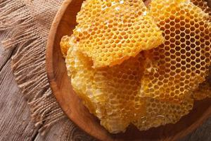 nid d'abeille dans le gros plan de plaque en bois. vue de dessus horizontale
