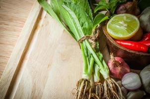 longues feuilles de coriandre et élément de tom yum food photo